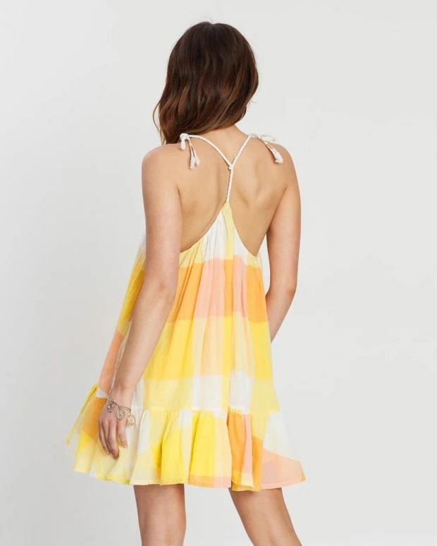 платья на лето 2021: желтое крупная клетка вид сзади