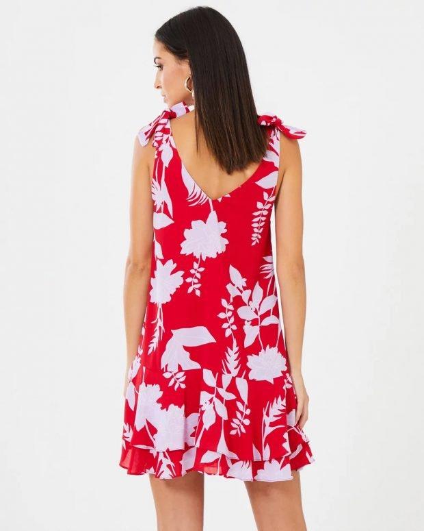 платья весна-лето 2021: красное с узорами вид сзади
