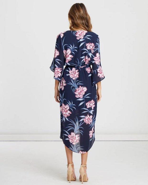 платья весна-лето 2021: синее с принтом вид сзади