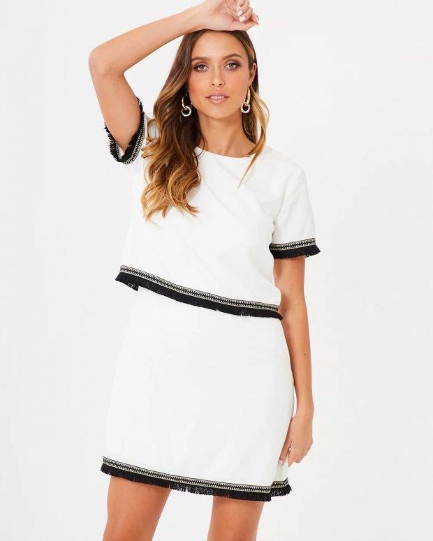 платья весна-лето 2021: белое с черными полосами