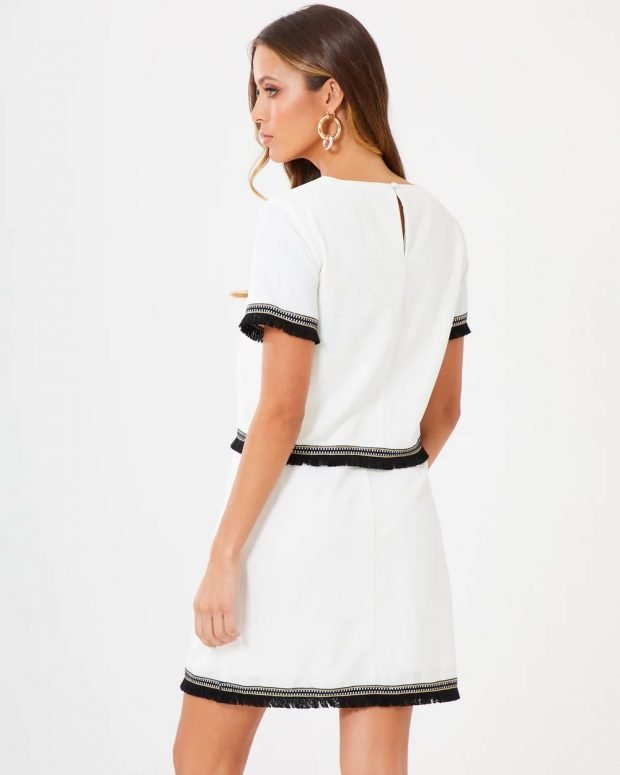 платья весна-лето 2021: белое с черными полосами вид сзади