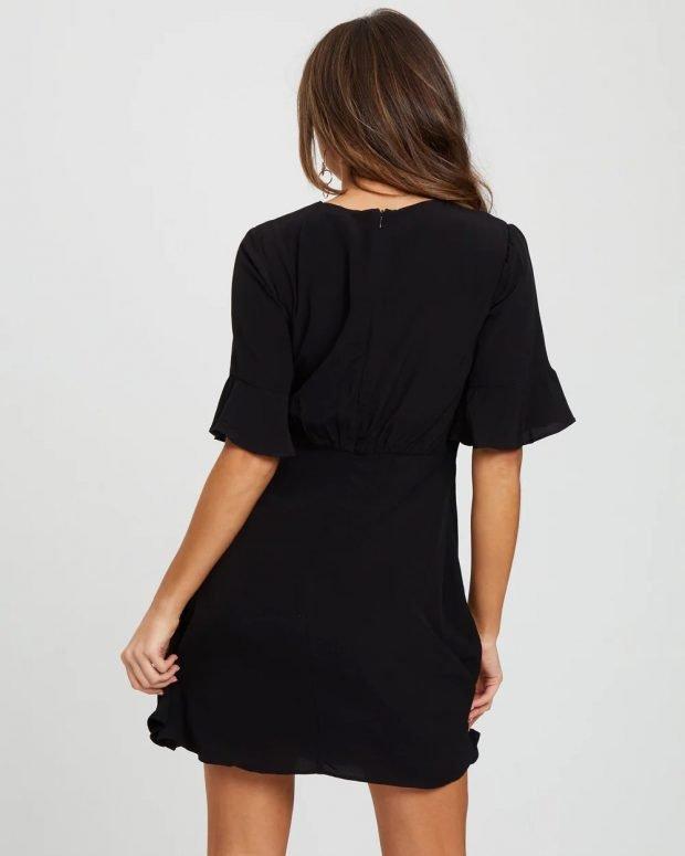 платья на лето 2021: черное вид сзади