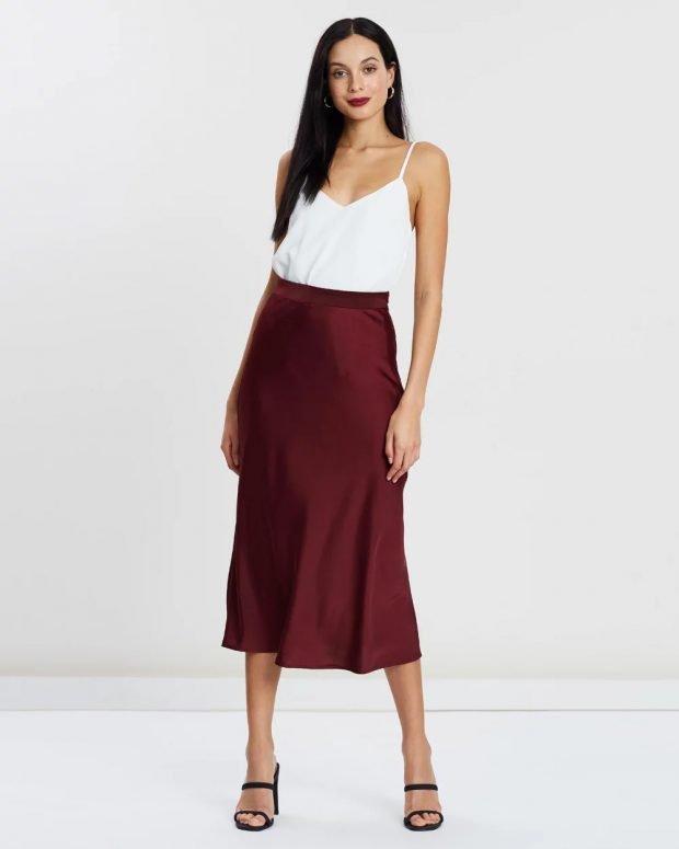 модные тенденции 2021 2022 года в одежде: белая блузка на лямках