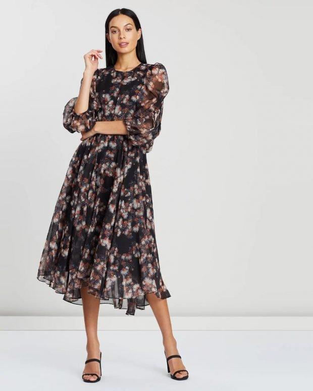 модные тенденции 2021 2022 года в одежде: черное платье с цветами