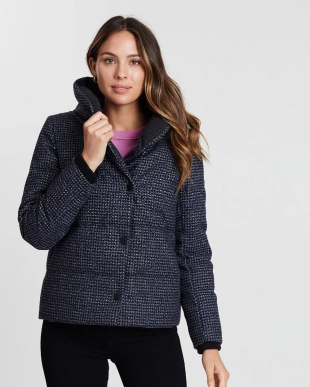 модные куртки осень зима 2019 2020: короткая серая в горошек