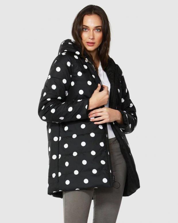 модные куртки осень зима 2019 2020: черный пуховик крупный белый горох