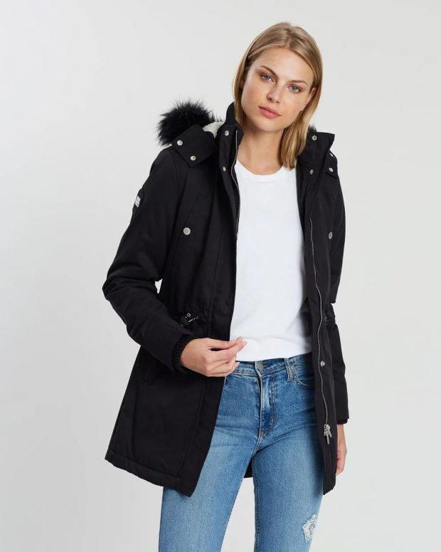 модные куртки осень зима 2019 2020: черная воротник мех