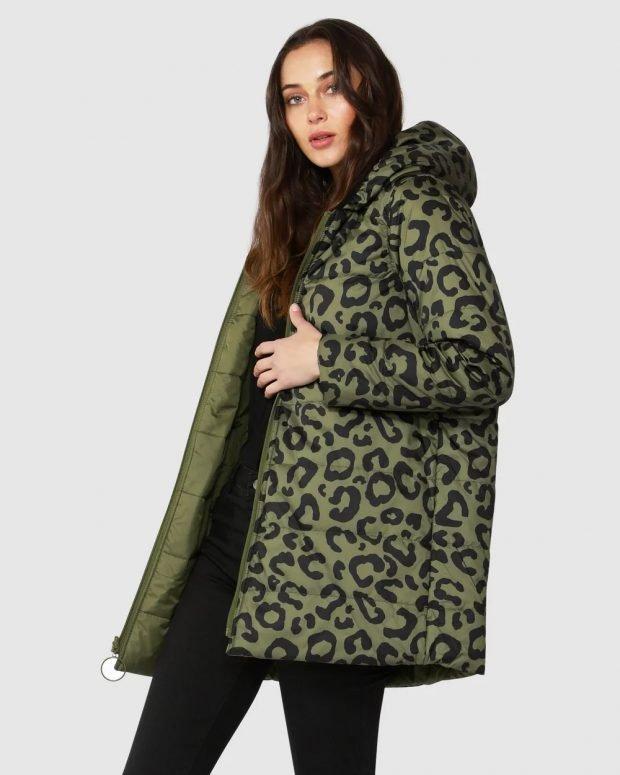 модные куртки осень зима 2019 2020: зеленый пуховик с принтом