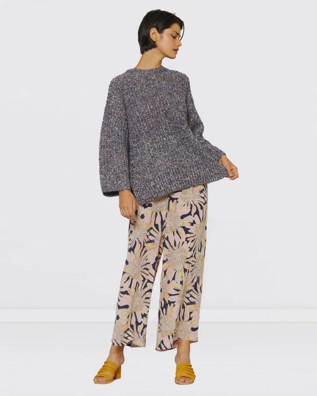 С чем носить женский свитшот: штаны с принтом