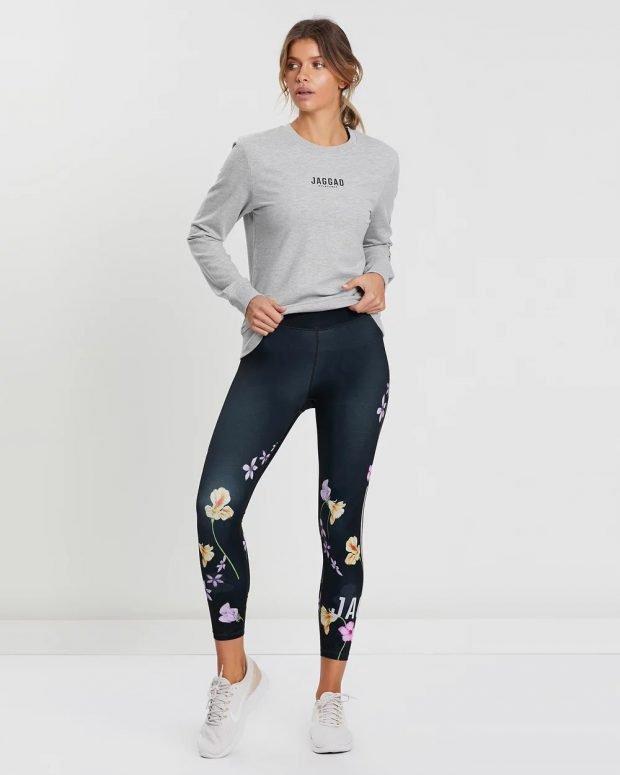 С чем носить женский свитшот: узкие штаны с принтом
