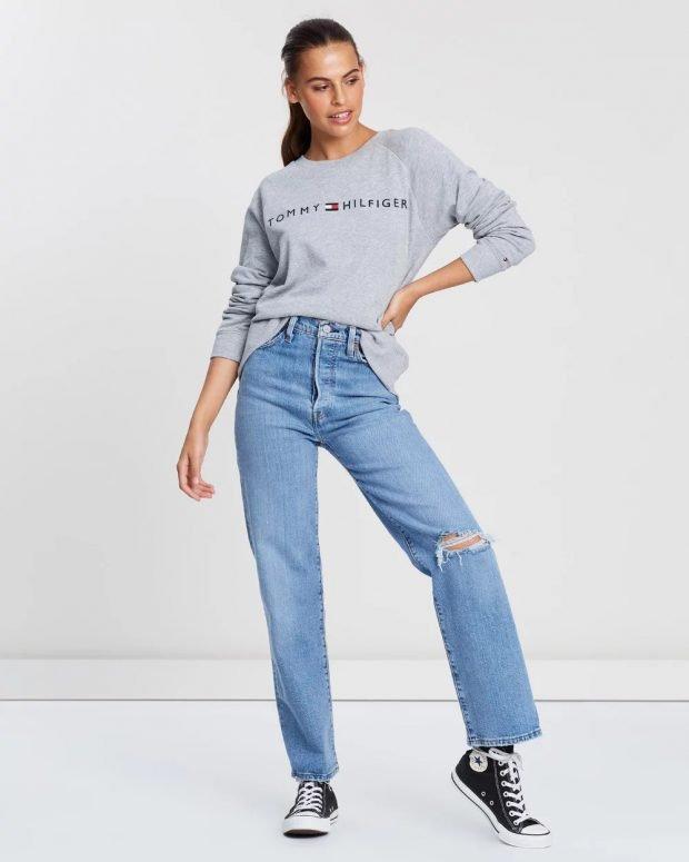 С чем носить женский свитшот: синие джинсы рваные