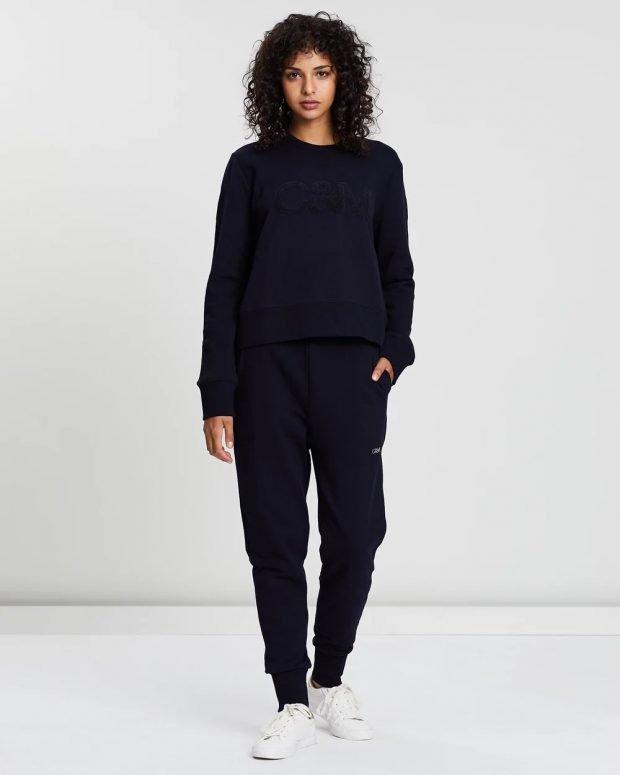 С чем носить женский свитшот: черные штаны