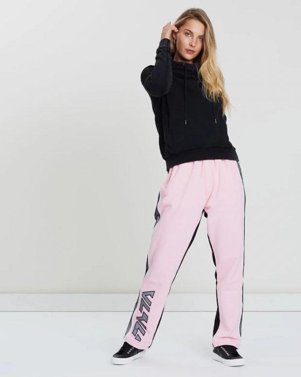 С чем носить женский свитшот: розовые штаны