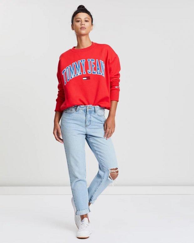 С чем носить женский свитшот: голубые джинсы рваные белые кеды