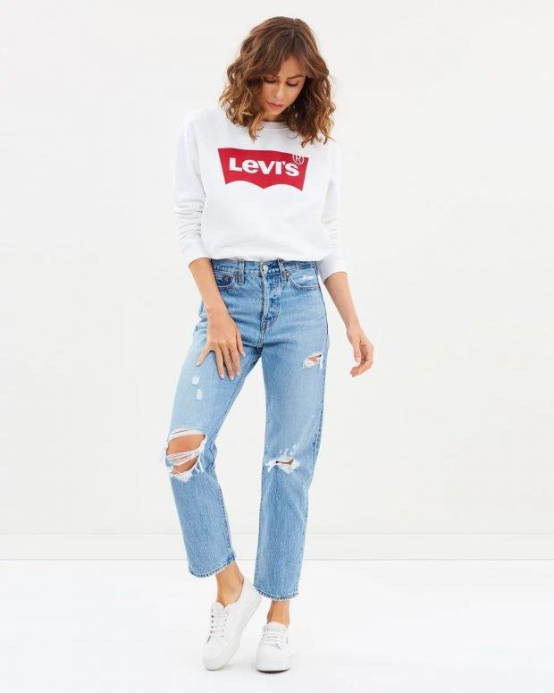 С чем носить женский свитшот: голубые джинсы рваные
