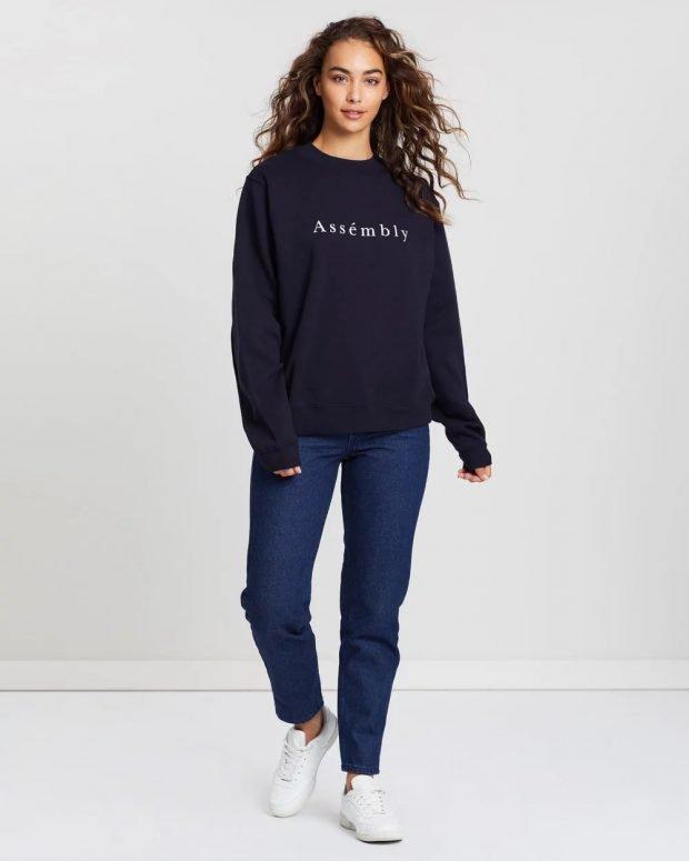 С чем носить женский свитшот: темно-синие джинсы