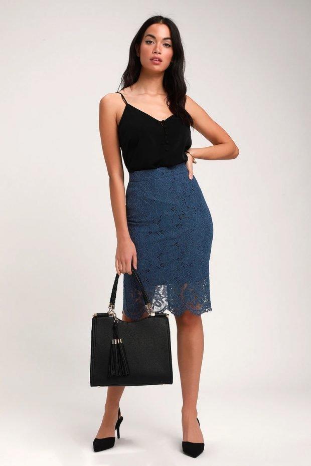 с чем носить юбку карандаш: черная блузка на лямка