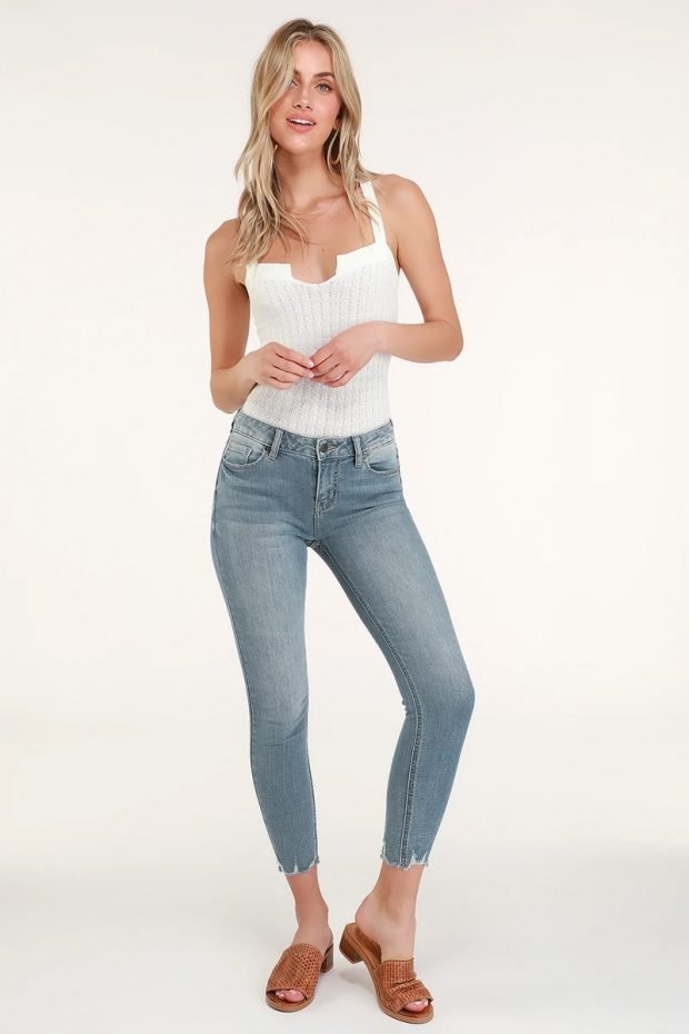 женские джинсы 2020 2021: укороченные светло-синие