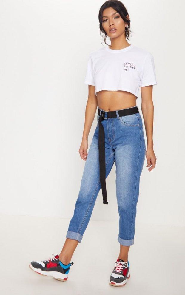 с чем носить джинсы бойфренды: белый топ с надписью
