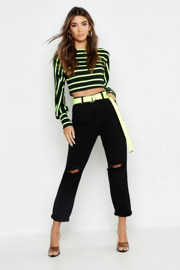 с чем носить джинсы бойфренды: черная блузка в полоску