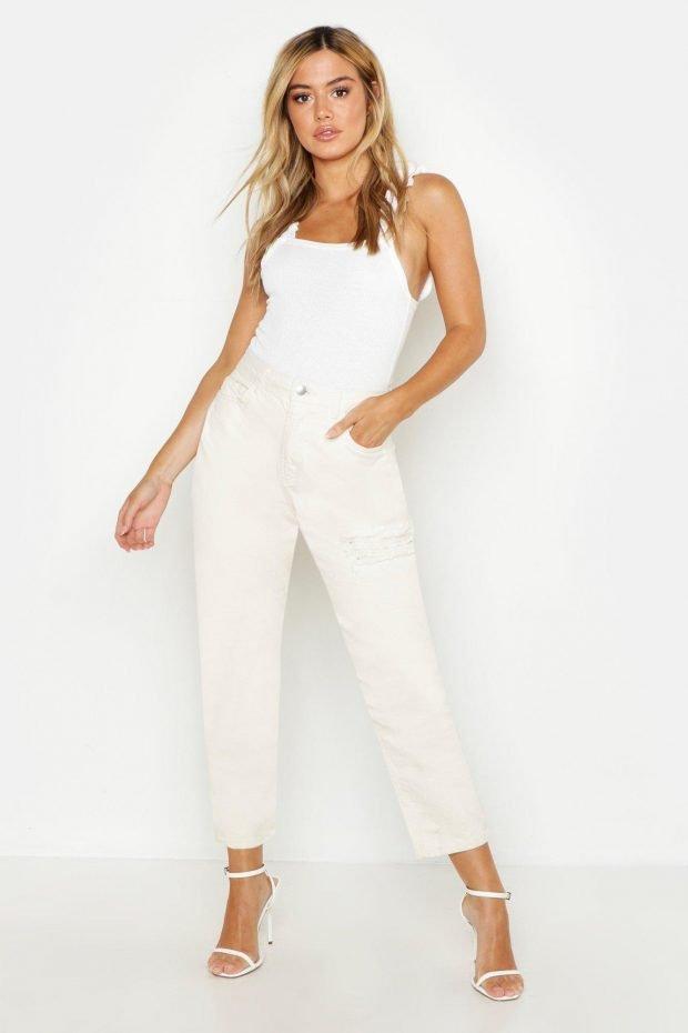с чем носить джинсы бойфренды: белая майка