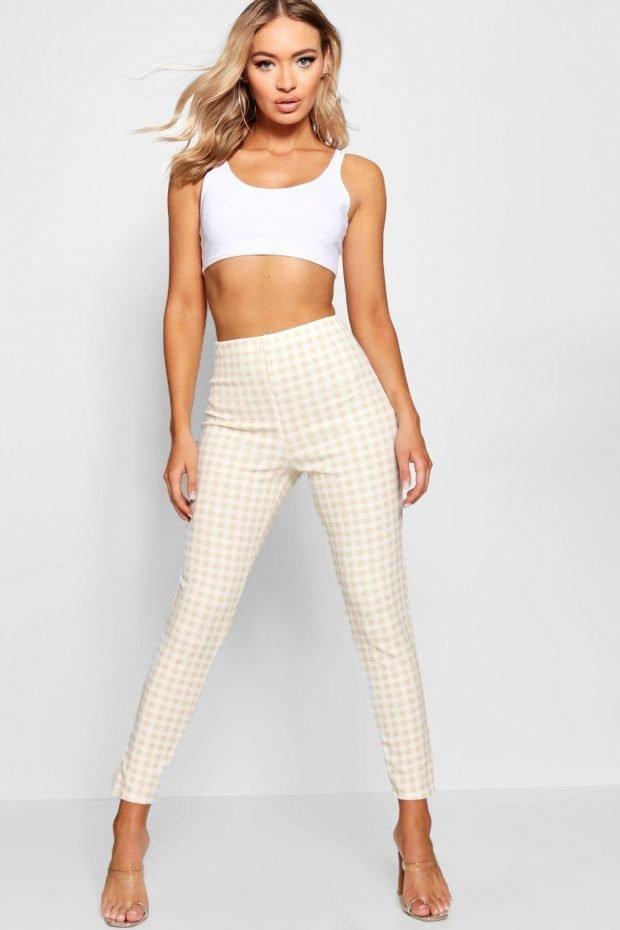 С чем носить узкие брюки: белый топ на лямках