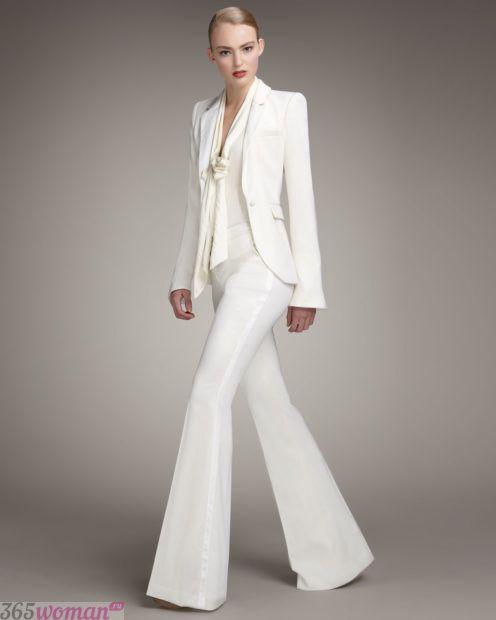 белые расклешенные брюки
