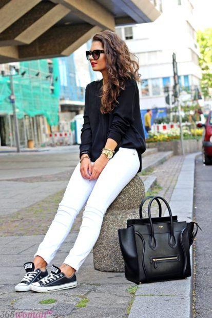 белые брюки и кеды