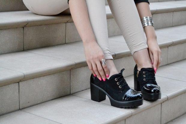 на шнуровке черные