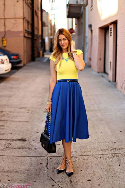 с чем сочетается синий цвет в одежде у женщин: желтый сочетание