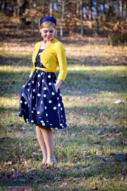 с чем сочетается синий цвет в одежде у женщин: сочетание желтый