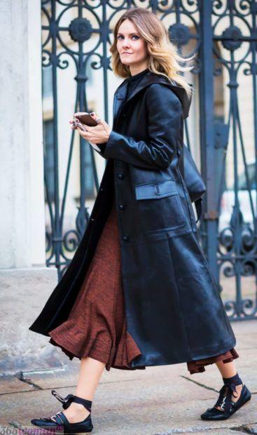 с чем сочетается синий цвет в одежде: сочетание с коричневым