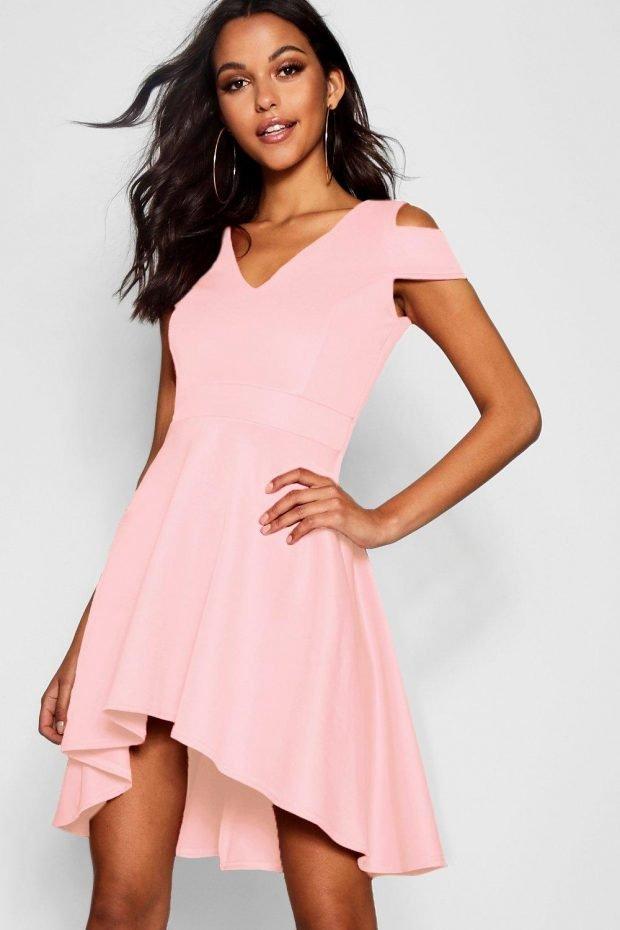 Стильные летние образы 2019: розовое платье асимметрия
