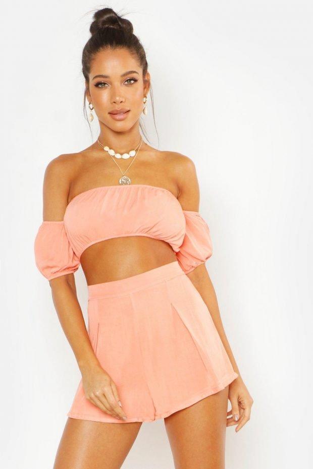 Стильные летние образы 2019: розовые шорты и топ