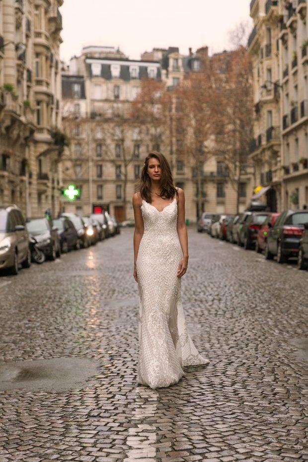 свадебное платье с открытой спиной: белое ажурное вид спереди тонкие лямки