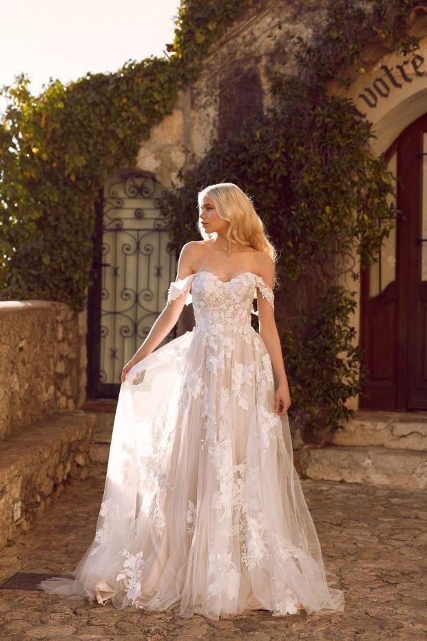 свадебное платье с открытой спиной: белое ажурное вид спереди лямки спущены