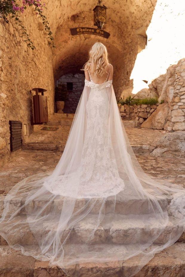 свадебное платье с открытой спиной: белое ажурное вид сзади