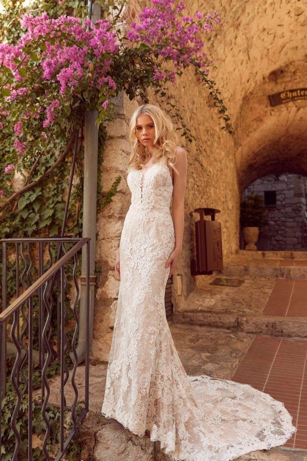 свадебное платье с открытой спиной: белое ажурное вид спереди