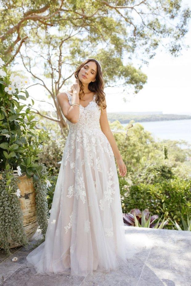 свадебное платье с открытой спиной: белое на лямках вид спереди