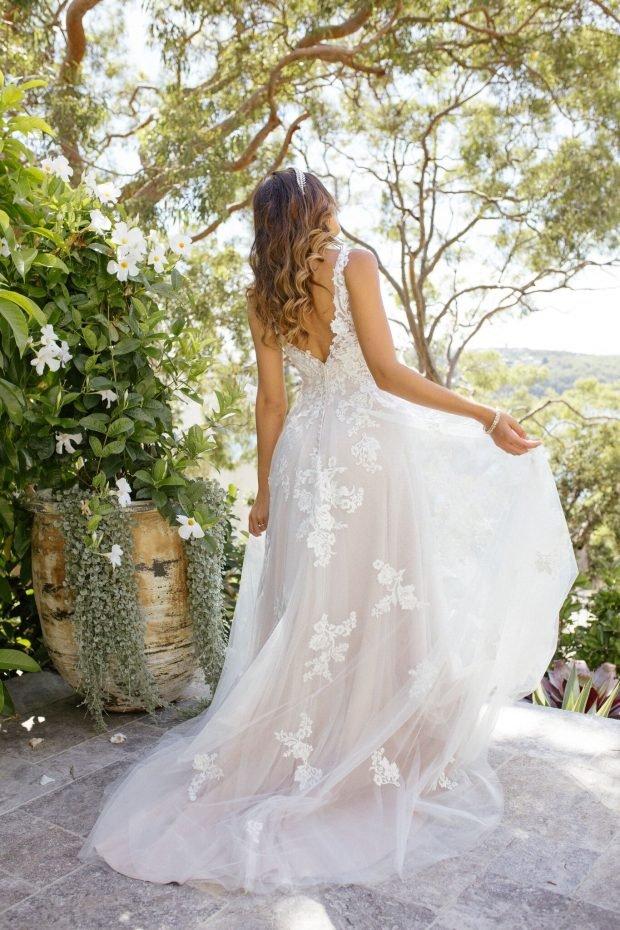 свадебное платье с открытой спиной: белое на лямках вид сзади