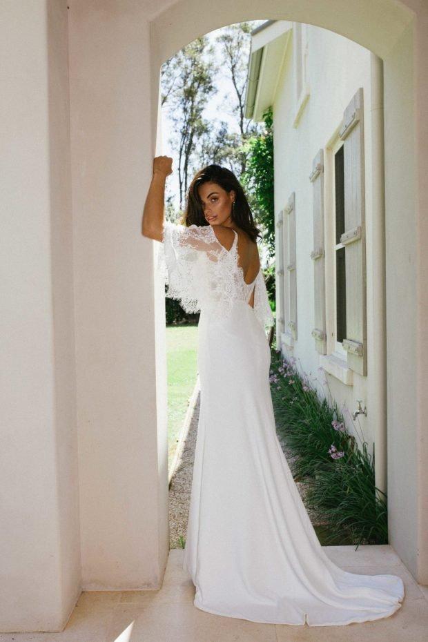 свадебное платье с открытой спиной: белое кружевное вид сзади