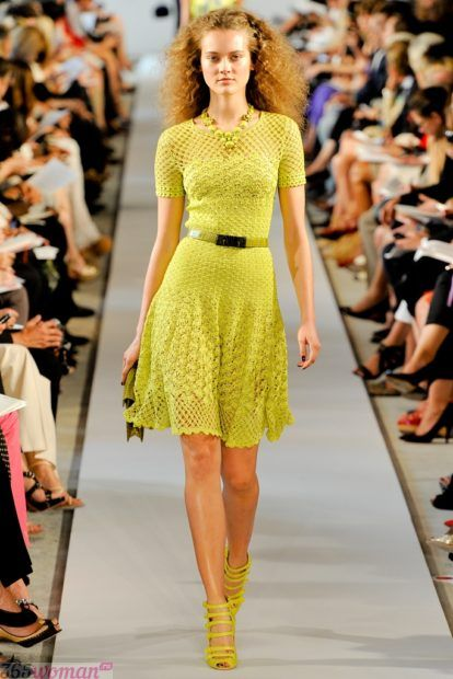 модное желтое вязаное платье осень зима 2018 2019