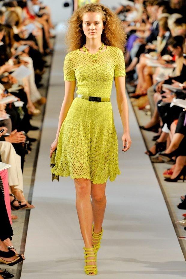 модное желтое вязаное платье осень зима 2019 2020