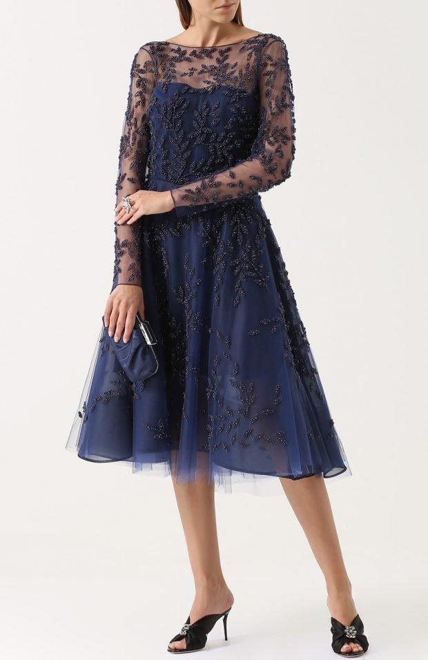 синее платье с кружевом для базового гардероба