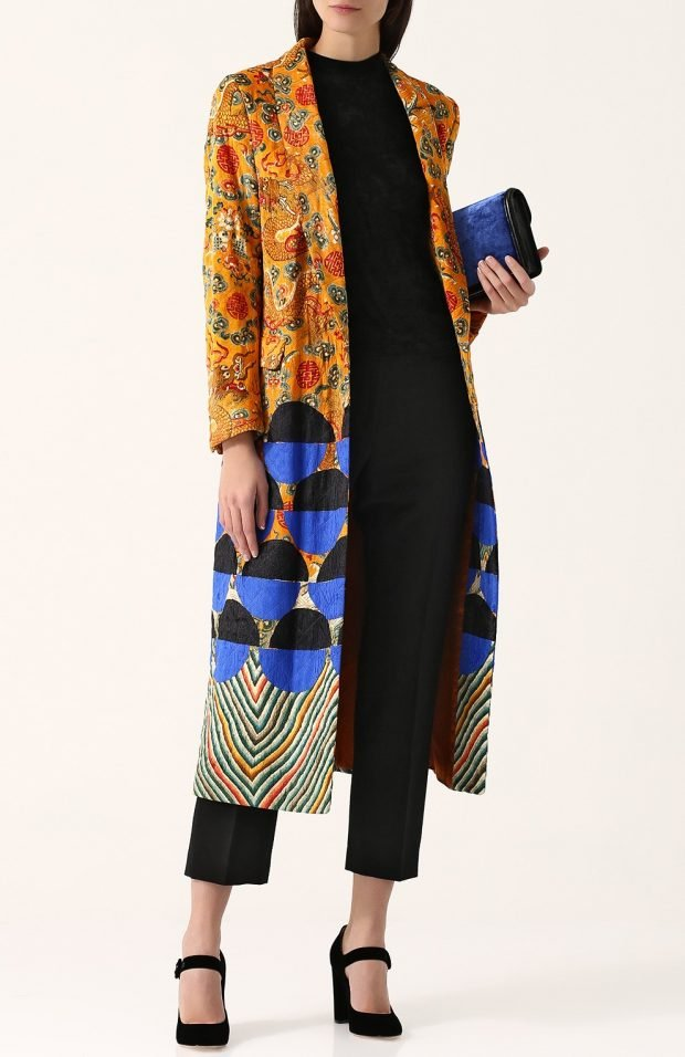 пальто с ярким принтом для базового гардероба
