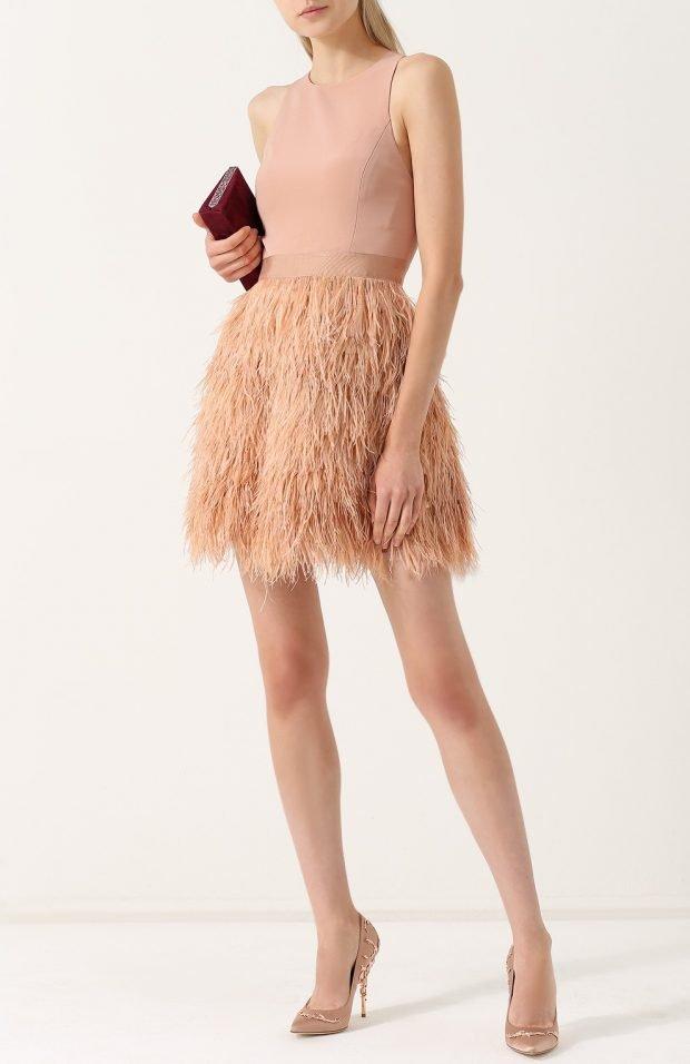 нарядное бежевое платье для базового гардероба