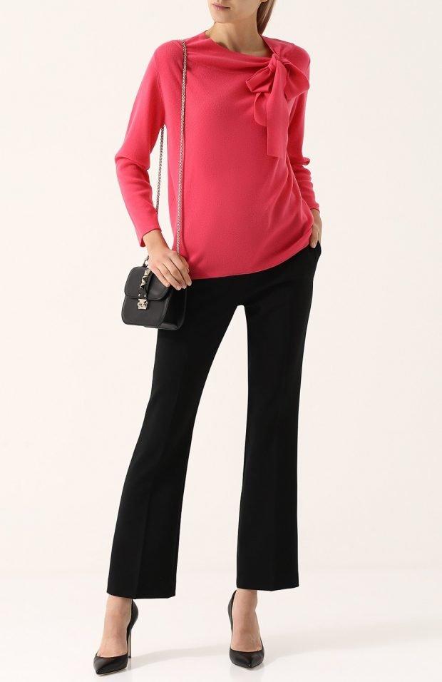 расклешенные черные брюки для базового гардероба