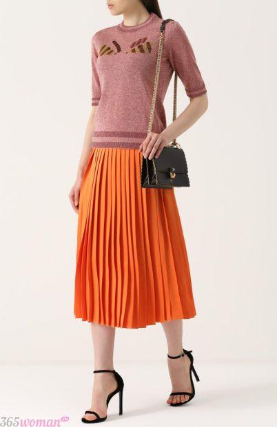 оранжевая юбка плиссе для базового гардероба 2018