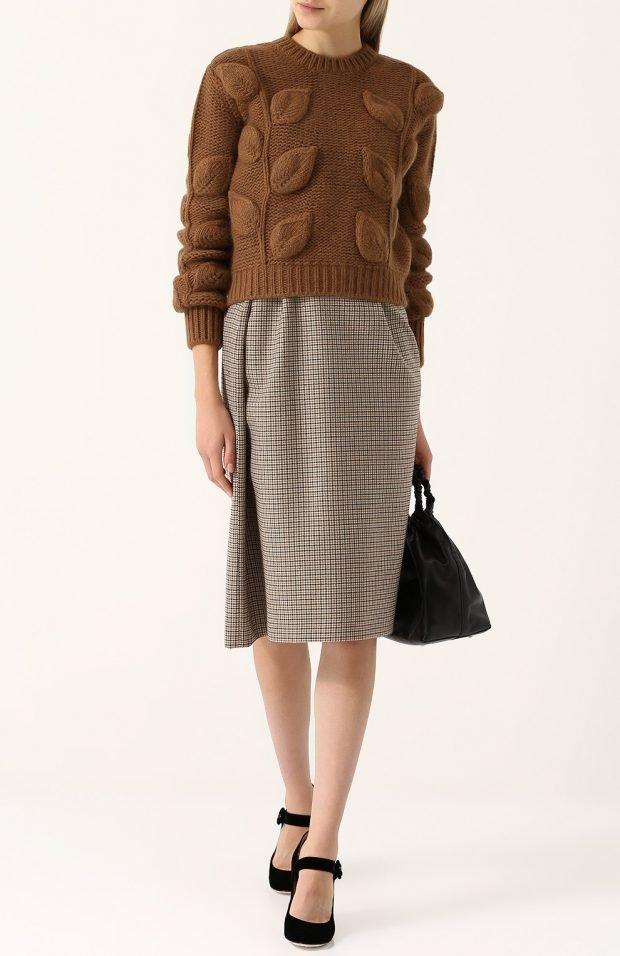 вязаный свитер с декором для базового гардероба