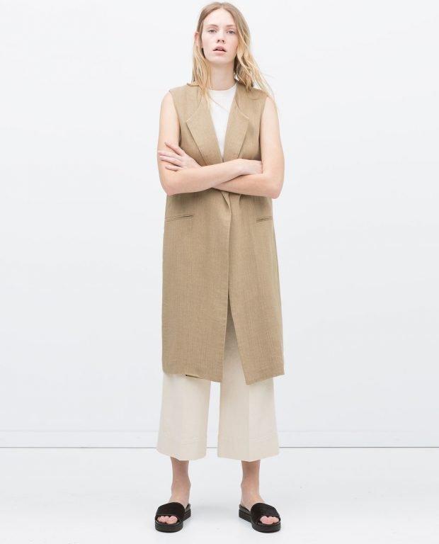 C чем носить удлиненный жилет без рукавов: белые штаны